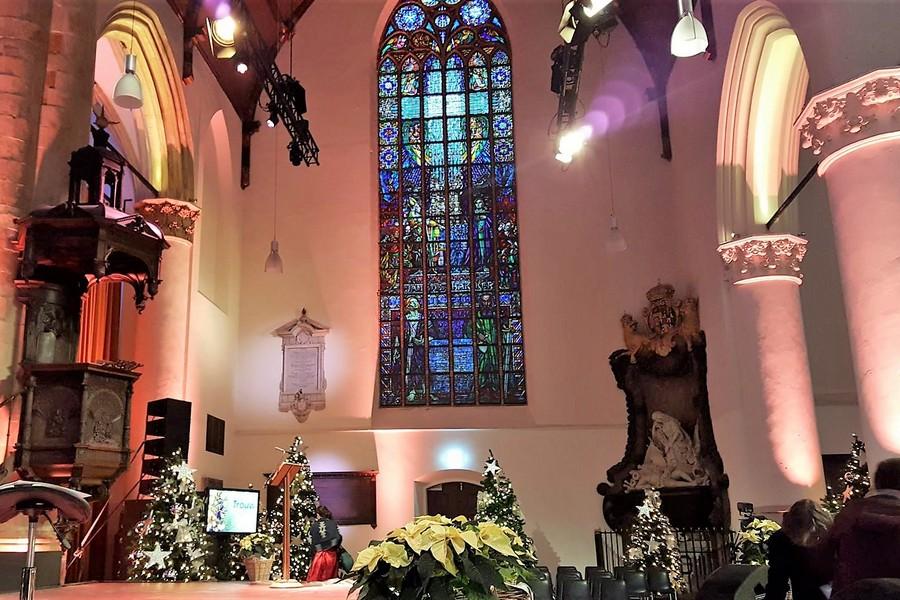 Kerstnachtviering Grote Kerk: 'Doe elkaar goed, geen kwaad'